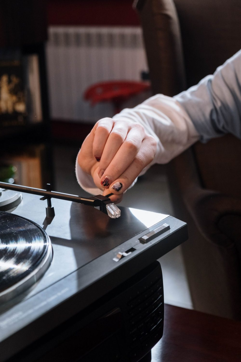hand on turntable